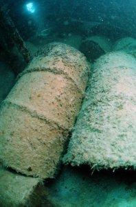 Bidones de material radioactivo en el océano