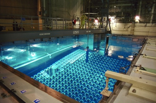 Piscina con combustible gastado en una central nuclear.