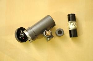 Mostrando la bombilla, la cubierta con el filtro infrarrojo desmontada, la tapa del compartimeto de la batería y una pila tipo R12/A336